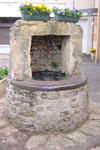 14-05-2003 - 18h52 Puits à eau Face au 4 place de l'Eglise Marzy 58180 Photo numérique : Francis CAHUZAC