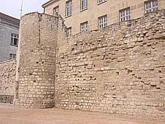 27-06-2005 - 10h59 Mur d'enceinte de Philippe Auguste Rue des Jardins-Saint-Paul Paris 75004 Photo numérique : Francis CAHUZAC